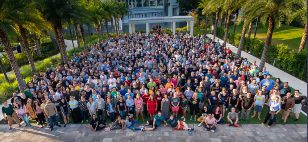 A group photo of about 800 people. 2019 Automattic Grand Meetup